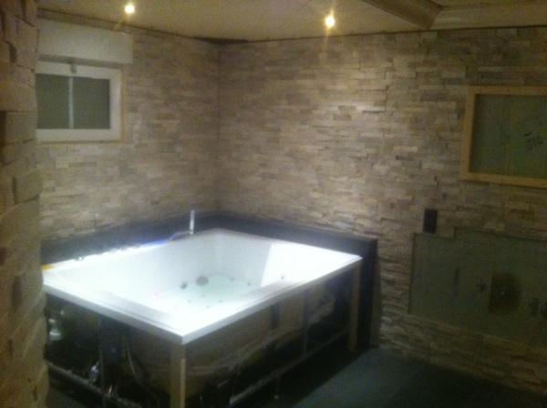 Badkamer en toilet uitgevoerd met Stoneskin en Absolute Black ...