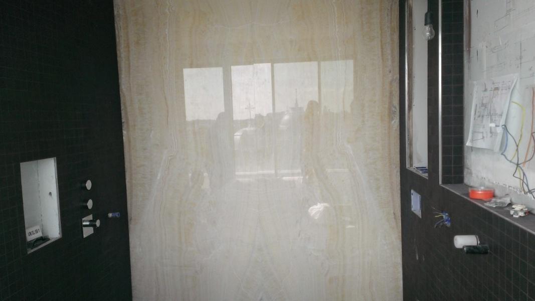Badkamer met Onyx Ivory wand - De Lange Natuursteen
