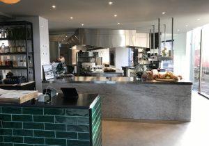 Bianco Carrara gepolijste bar bij restaurant Sukade in Meppel
