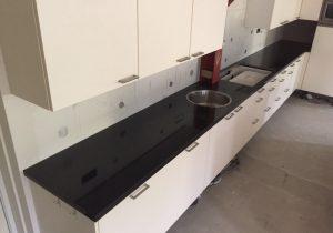 Nero Assoluto gepolijst keukenblad XL geleverd op vakantiepark Hof van Saksen
