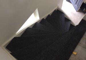 Houten trap gerenoveerd met granieten treden